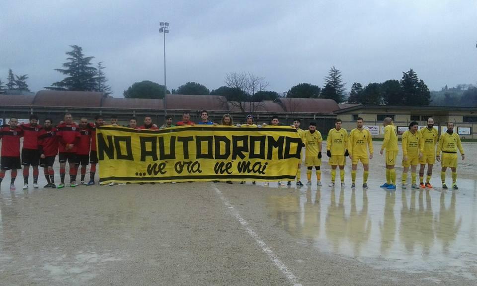 I calciatori della polisportiva Gagarin di Teramo con lo striscione contro l'autodromo (foto tratta da www.polisportivagagarin.it teramo)