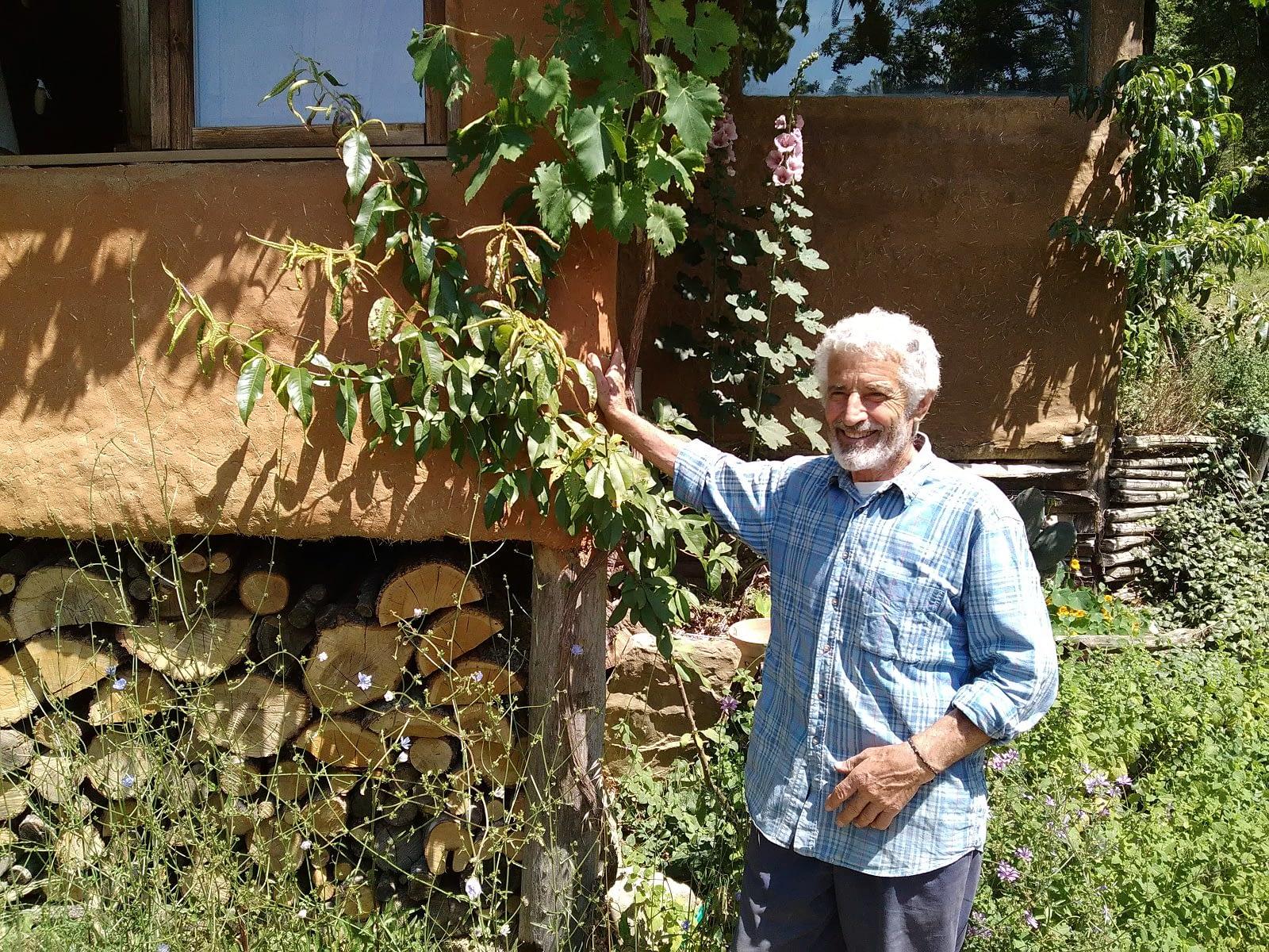 Dino Mengucci davanti alla sua casa