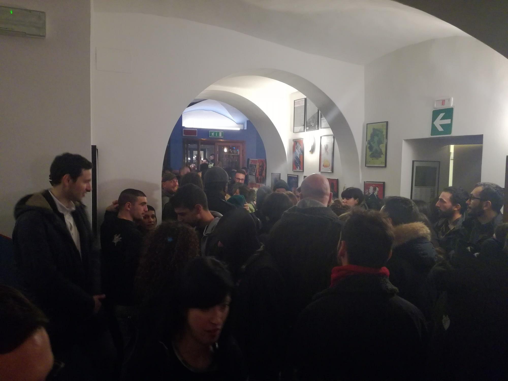 """La folla all'interno del Postmodernissimo in occasione della proiezione di """"Ex-Cim"""""""